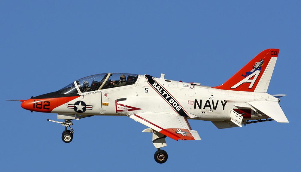 سقوط طائرة تدريب عسكرية أمريكية على منزلين في تكساس  SM_T45_colorT4506_01